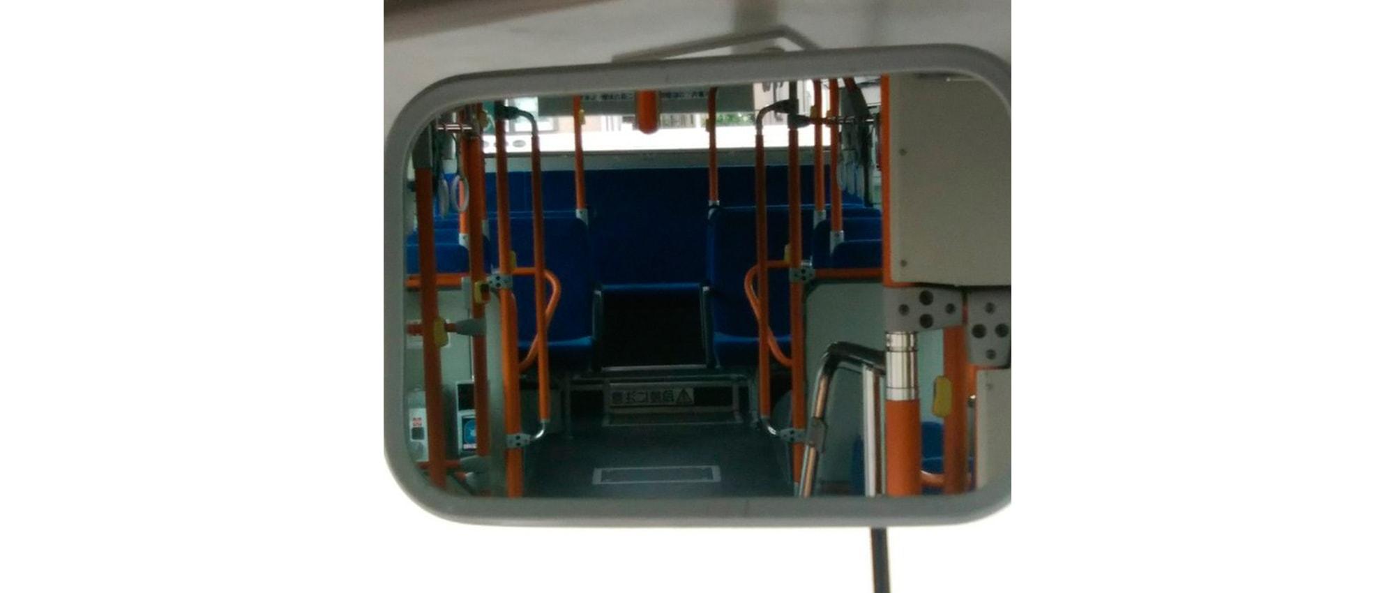Водитель рассказал, на какое место в Японских автобусах лучше не садится женщинам в юбках