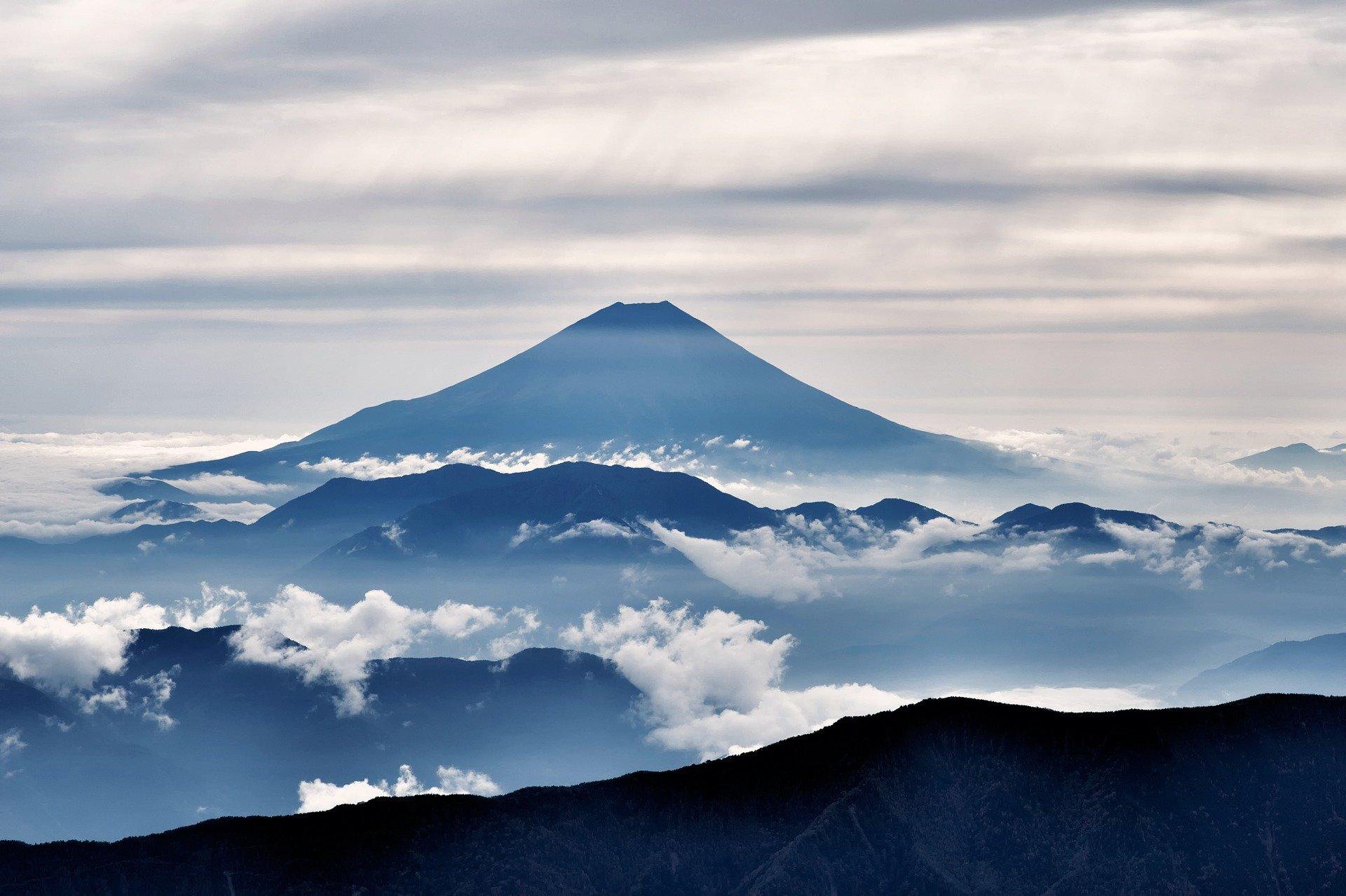До начальной точки туристической тропы на горе Фудзи пустят поезд