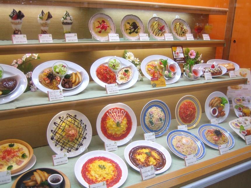 Голодный японец попытался своровать муляж, приняв его ошибочно за настоящую еду