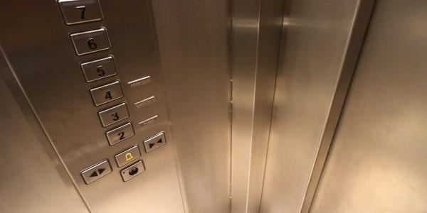 Зачем в лифтах устанавливают зеркала